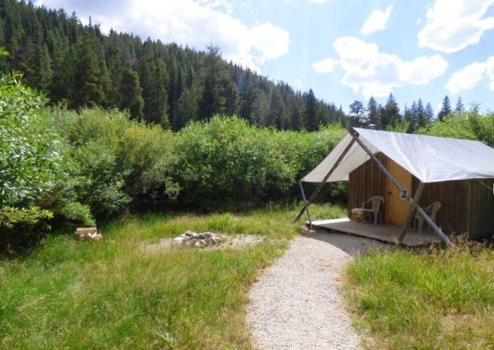 tent cabin in the wildernes